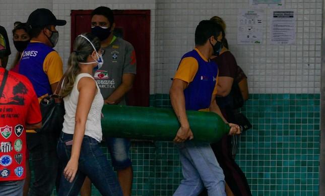 Familiares de pacientes se mobilizam para abastecer hospitais com oxigênio em Manaus