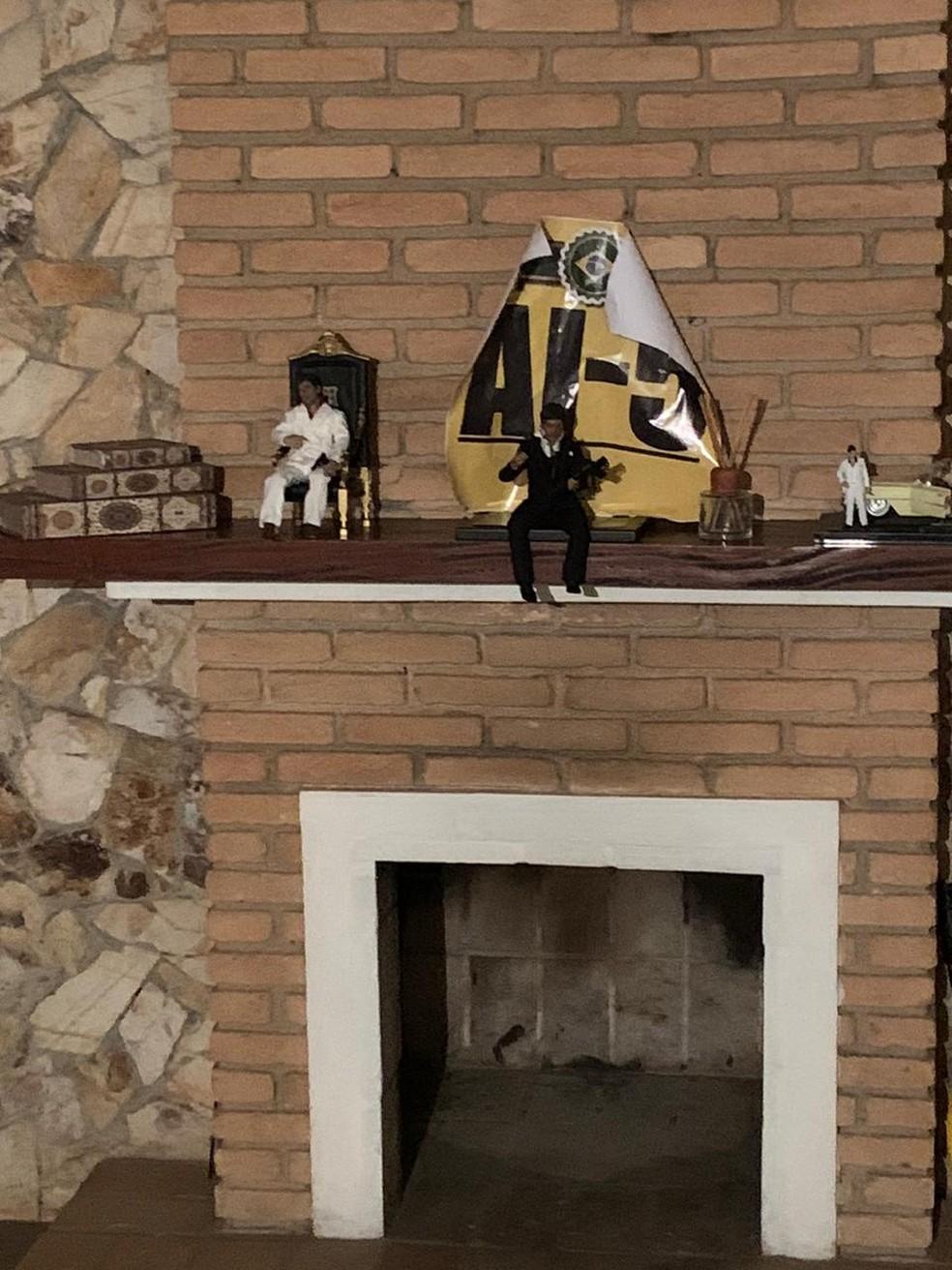Menção ao AI-5 ao lado dos bonecos de Tony Montana, do filme Scarface — Foto: Divulgação/Polícia Civil