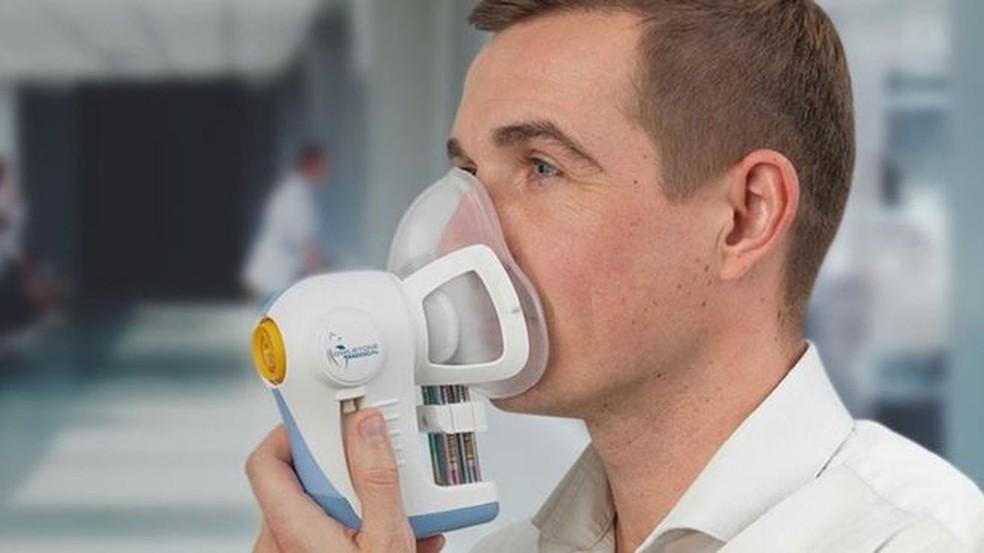 Voluntário usando a máscara que está sendo testada para detecção de câncer — Foto: Owlstone Medical LTD