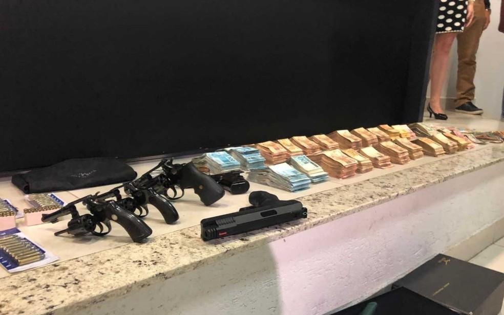 Armas e dinheiro achados no quarto de João de Deus Goiânia Goiás — Foto: Murillo Velasco/G1