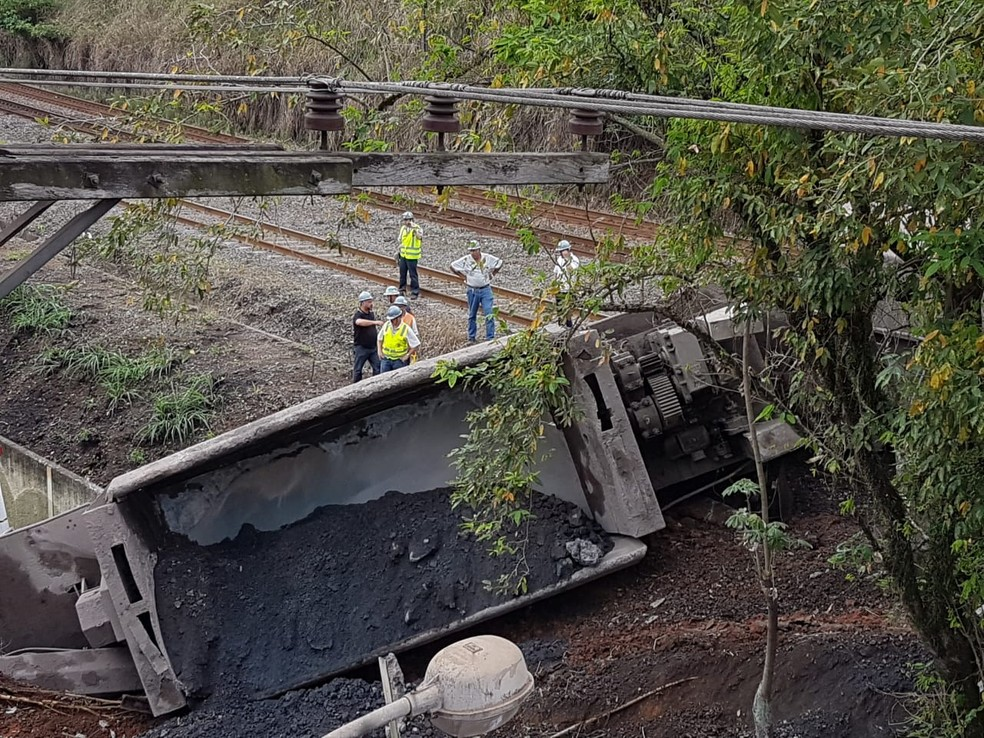 Trem descarrila no bairro Vila Americana, em Volta Redonda. — Foto: Felipe Silva/TV Rio Sul