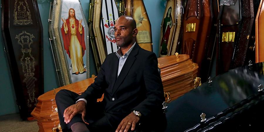 Renilson trabalha há sete anos em funerárias de cidade próxima a Brasília (Foto: Michel Filho)
