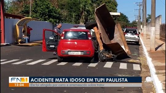 Idoso morre após ser atingido por carro e cair sobre trator no Centro, em Tupi Paulista