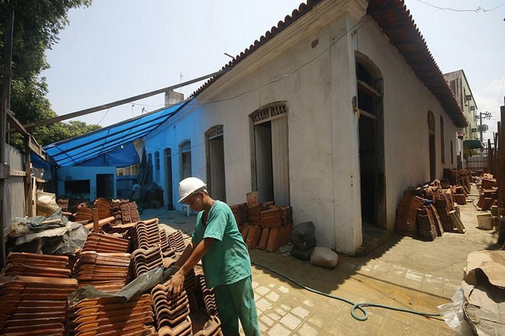 Casas mais antigas de Manaus recebem instalações elétricas e novos telhados (Foto: Alexandre Fonseca/Seminf)