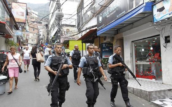 Onda de ataques as UPPs. Reforço de policiamento na Rocinha. Na foto, policiais militares fazem patrulhamento na Via Ápia (Foto: Márcia Foletto / Agência O Globo)