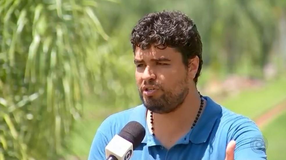 O prefeito Éder Ruiz Magalhães de Andrade explica que fenômeno pode ser causado por poluição por por esgoto não tratado — Foto: TV TEM/Reprodução