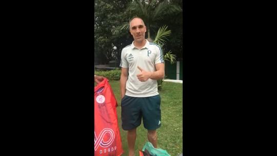 Jogadores do Palmeiras doam chuteiras para o Paranavaí após furto a ônibus