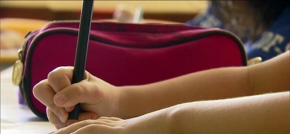 Aluno escreve em imagem de arquivo — Foto: TV Globo/Reprodução