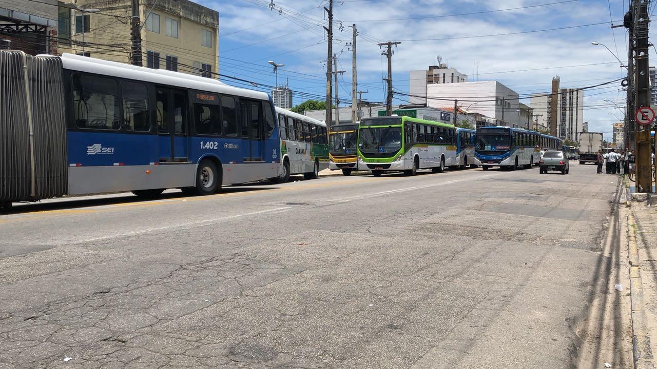 Manifestantes bloqueiam avenida no Centro do Recife em protesto