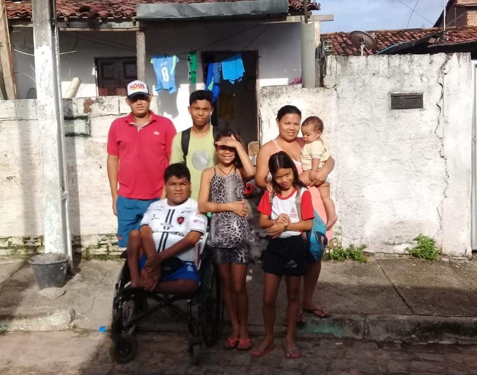 Família mora na comunidade do Timbó, no bairro dos Bancários, em João Pessoa (Foto: Leonardo Lima/Arquivo Pessoal)