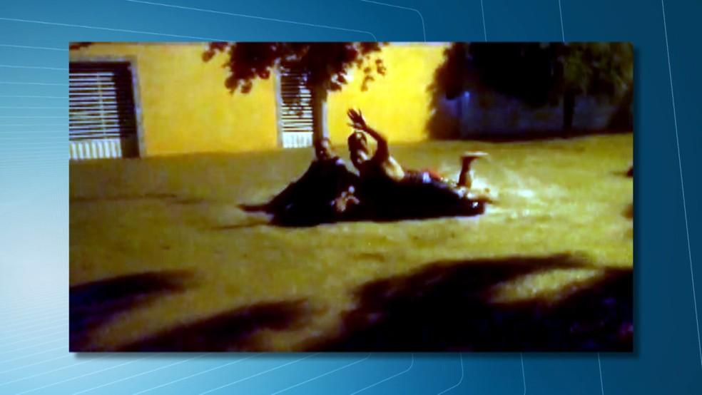 Moradores aproveitaram as ruas alagadas para aproveitar a chuva em Nova Floresta, no Curimataú da PB — Foto: Reprodução/TV Paraíba