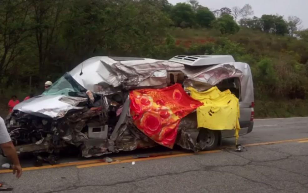Van ficou bastante destruída por causa de acidente — Foto: Luciélio Cláudio/Arquivo Pessoal