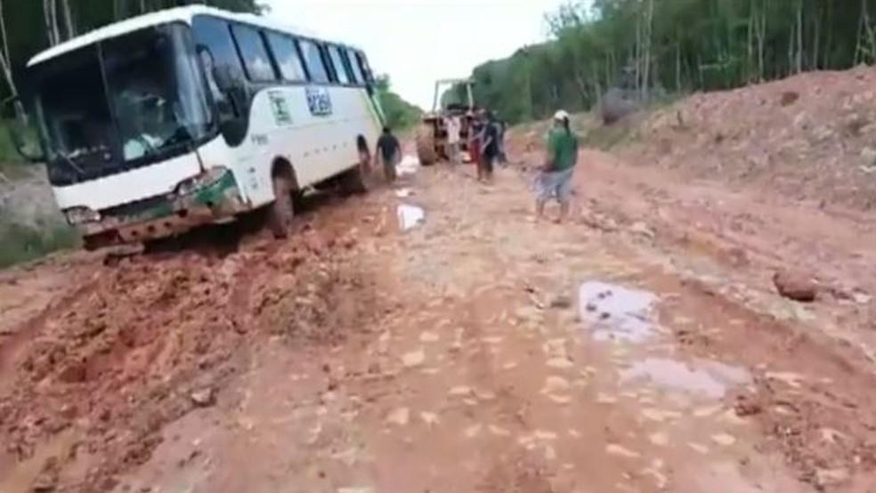 Ônibus ficou atolado em trecho da BR-319 considerado o mais crítico (Foto: Reprodução/TV Amazonas)