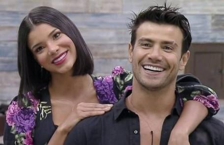 A modelo Jakelyne Oliveira e o cantor sertanejo Mariano começaram a namorar em 'A fazenda', em setembro, e seguem juntos Reprodução
