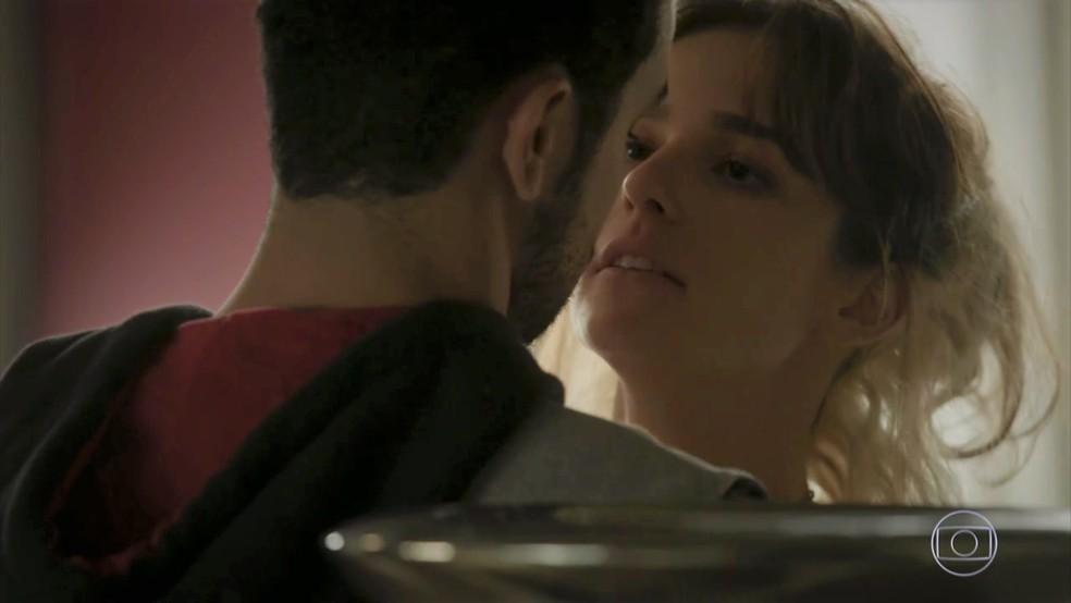 Sofia (Priscila Steinman) planeja roubar o dinheiro da família em 'Totalmente Demais' — Foto: TV Globo