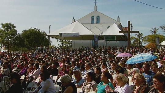 Milhares de fiéis celebram 57 anos da morte do Padre Donizetti em Tambaú, SP