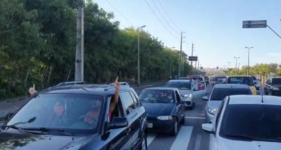 Manifestantes seguiram de carro das proximidades da Arena Castelão, em protesto contra Jair Bolsonaro. — Foto: Sistema Verdes Mares