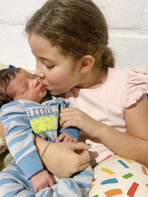 Maria Eduarda, filha de Debby Lagranha, com o irmão caçula  (Foto: Reprodução)