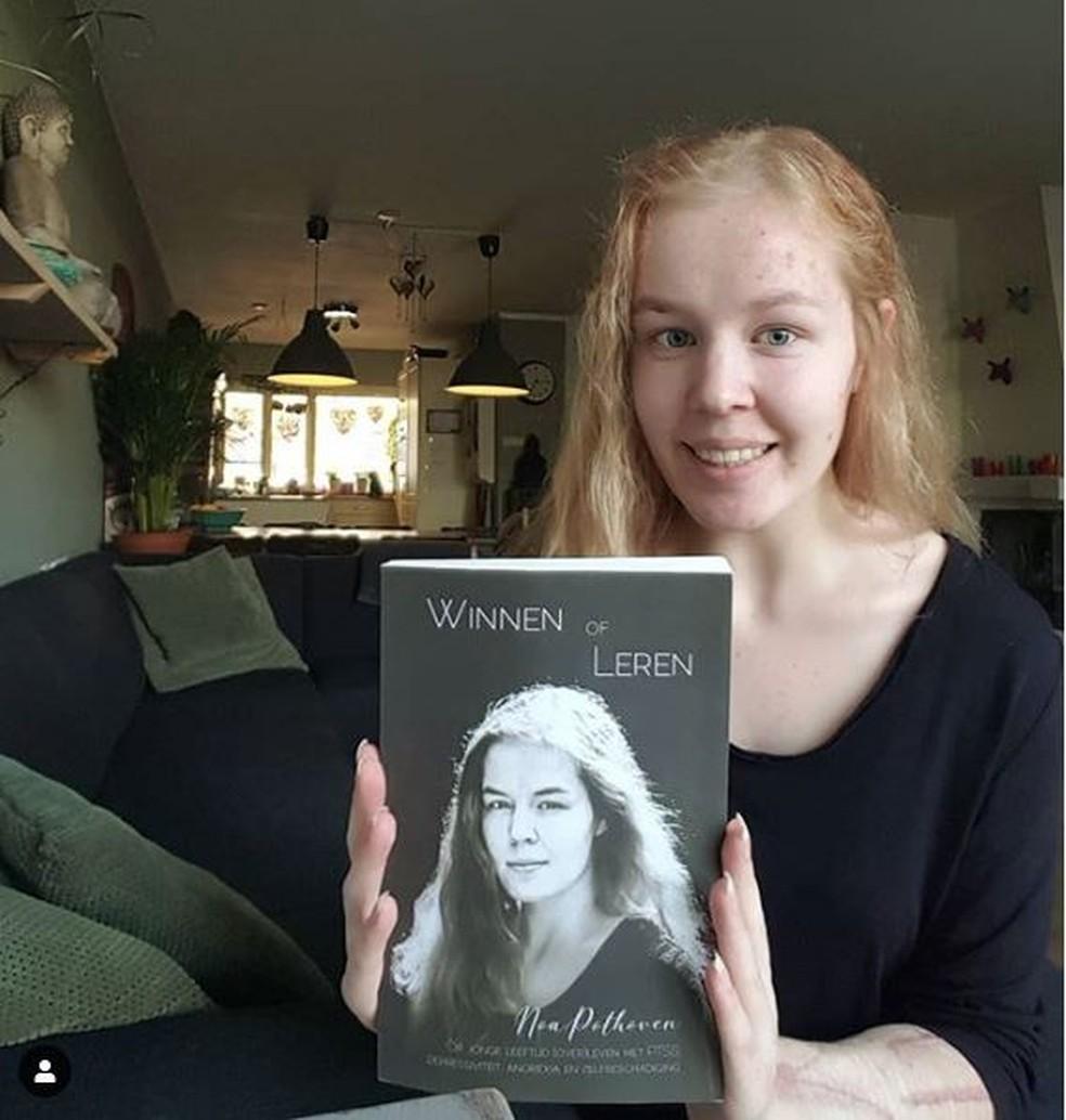 Noa com uma edição de seu livro autobiográfico — Foto: Instagram