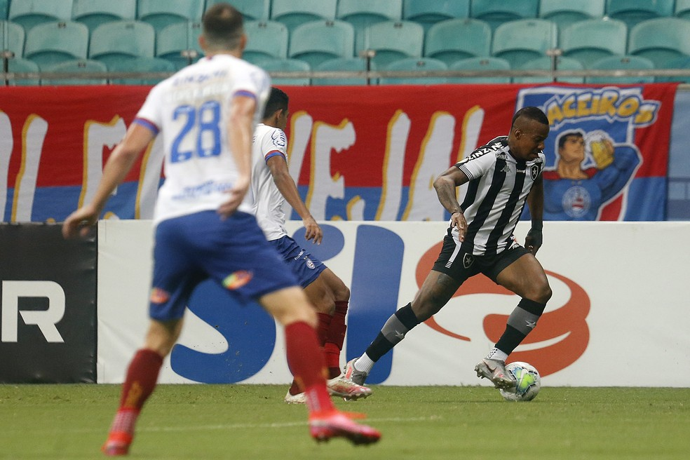Guilherme Santos ficou pouco tempo em campo e saiu chorando com dores na perna esquerda — Foto: Vitor Silva/Botafogo