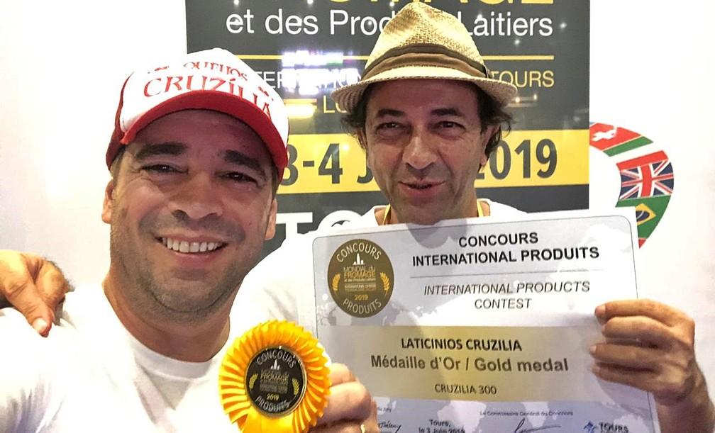 Carlos Almeia e Luiz Sérgio comemoram premiação de queijos na França — Foto: Queijos Cruzília