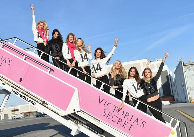 As modelos rumo a Londres, em 2014, no avião particular da Victoria's Secret (Foto: Reprodução/Instagram)