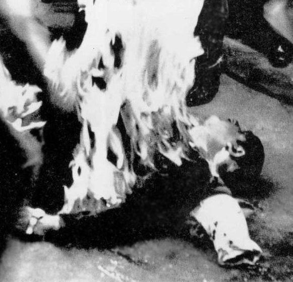 O ativista basco Joseba Elósegui em chamas, no chão do ginásio em San Sebastián