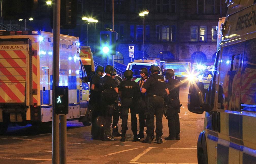 Policiais perto da Manchester Arena (Foto: Peter Byrne/AP)