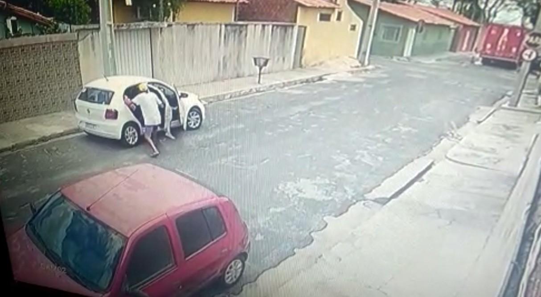 Bandido armado aborda vítimas e foge levando carro com cachorro dentro em Teresina; veja vídeo