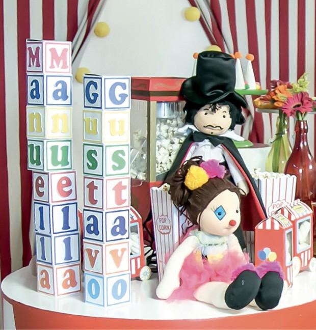 Decoração — Os letreiros, feitos de papel e posicionados na vertical, anunciaram os donos da festa. (Foto: Thaís Galardi)