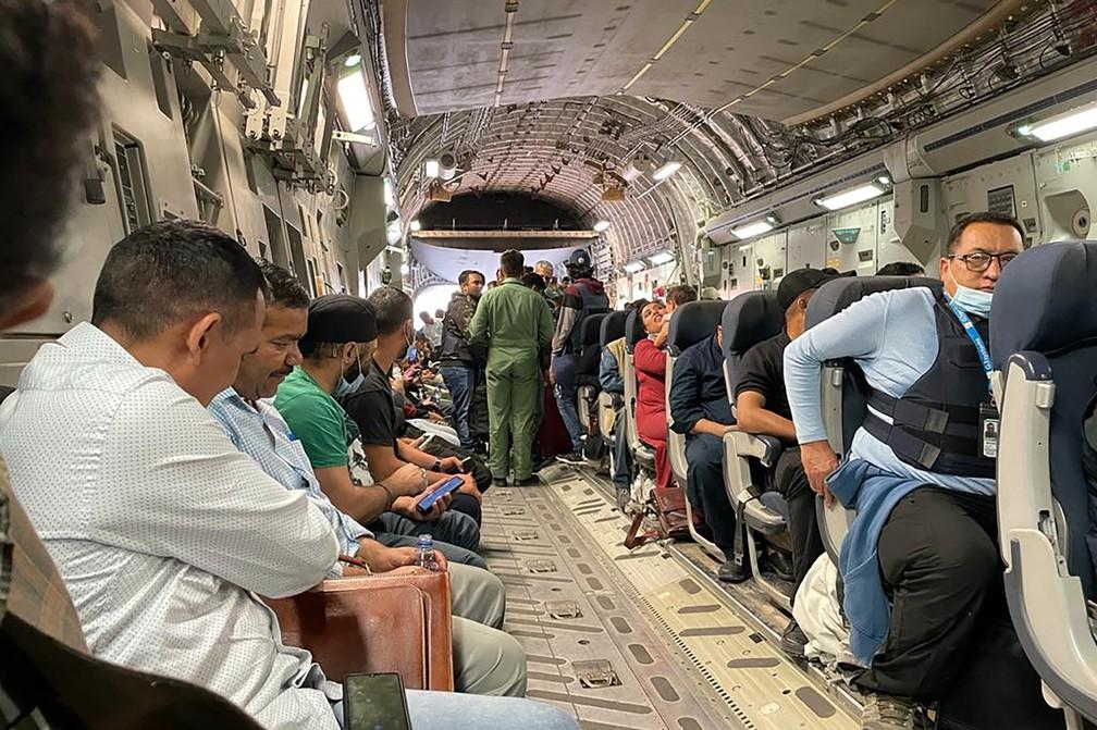 Cidadãos indianos embarcam em avião militar no aeroporto de Cabul, em 17 de agosto de 2021, para serem evacuados do Afeganistão após o Talibã tomar o poder — Foto: AFP