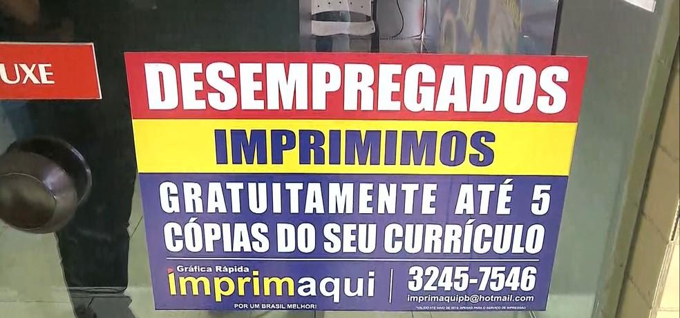 Copiadora oferece impressão gratuita de currículos, em João Pessoa — Foto: Reprodução/TV Cabo Branco