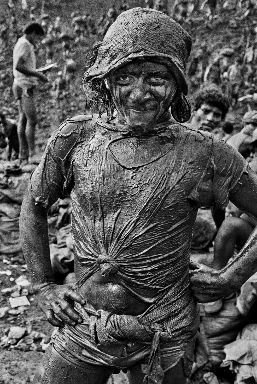 Mostra de Sebastião Salgado apresenta mais de 50 registros da década de 80 no garimpo Serra Pelada— Foto: Sebastião Salgado