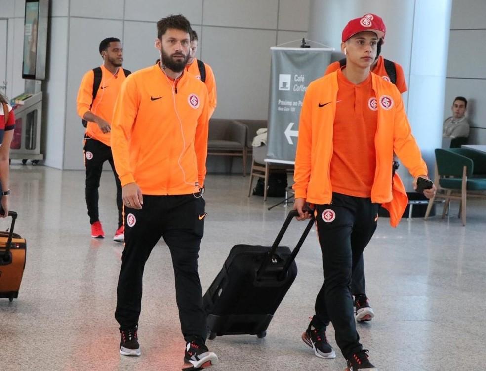 Inter viajou para Belo Horizonte somente com reservas, como Rafael Sobis e Sarrafiore — Foto: Ricardo Duarte / Internacional