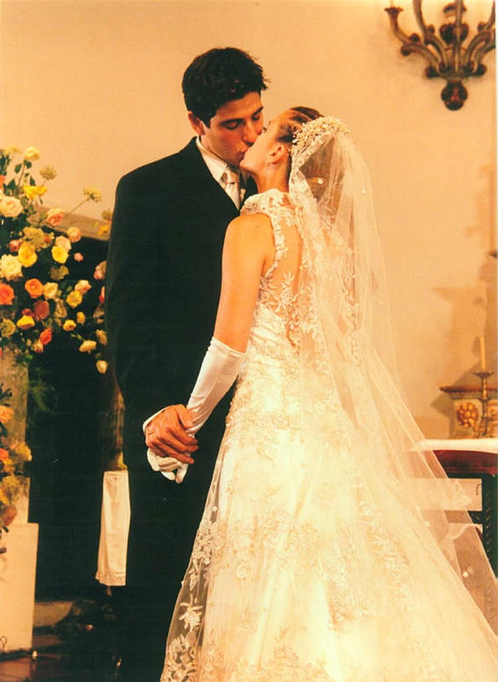 Reynaldo Gianecchini e Carolina Dieckmann como Edu e Camila em Laços de Família — Foto: Acervo Globo