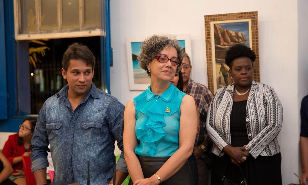 Emocionada, diretora pedagógica da Apae, Sonia Soares, em Cabo Frio. Responsável pelo projeto fotográfico