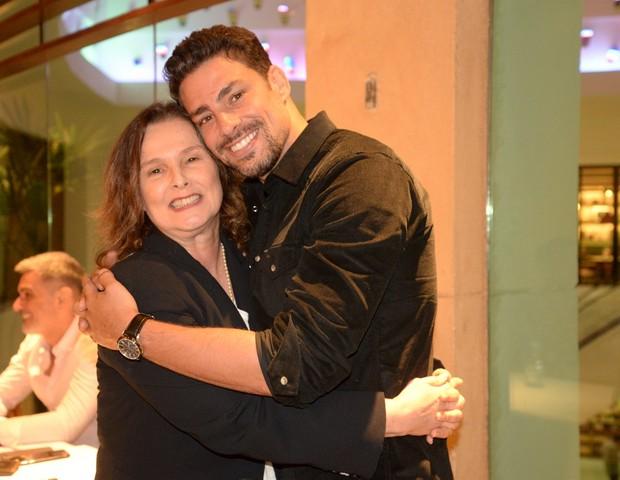 Louise Cardoso abraça Cauã (Foto:  Marianna Muller/Divulgação)