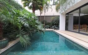 Casa de 402 m² tem jardim exuberante e clima de oásis