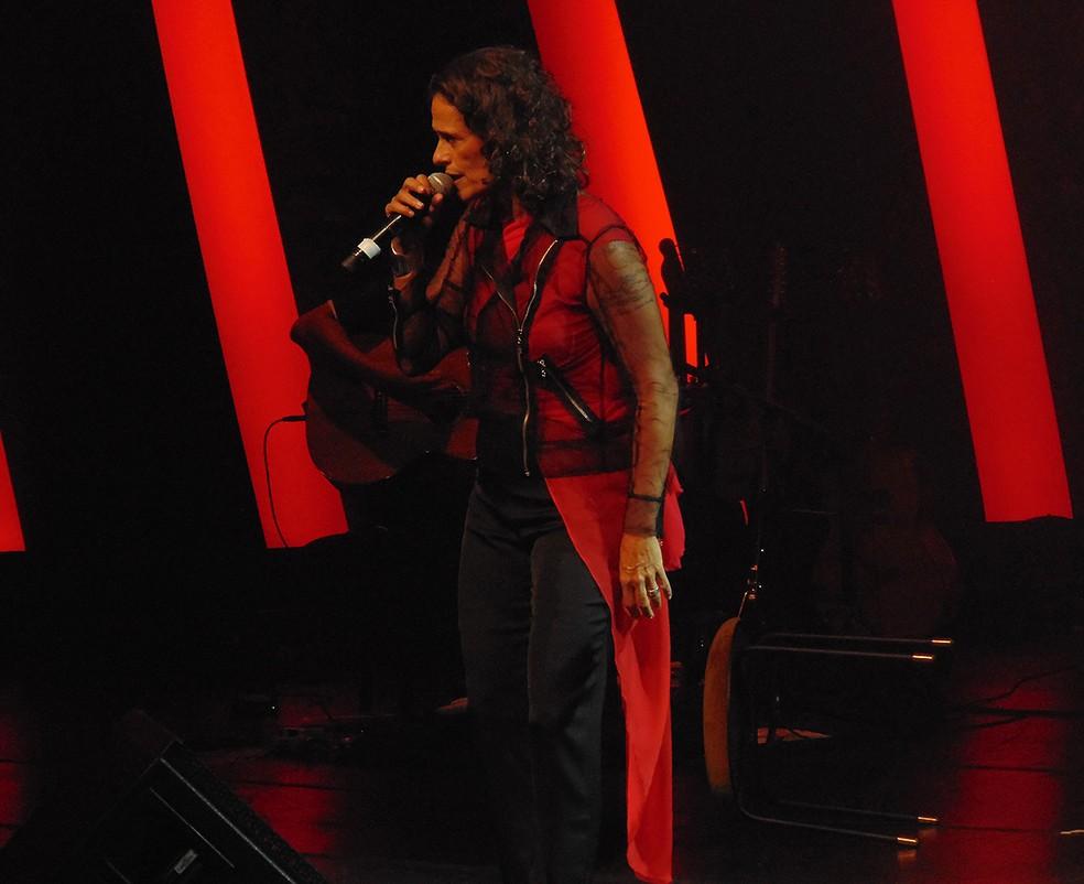 Zélia Duncan canta música do grupo Secos & Molhados no show 'Tudo é um' — Foto: Mauro Ferreira / G1