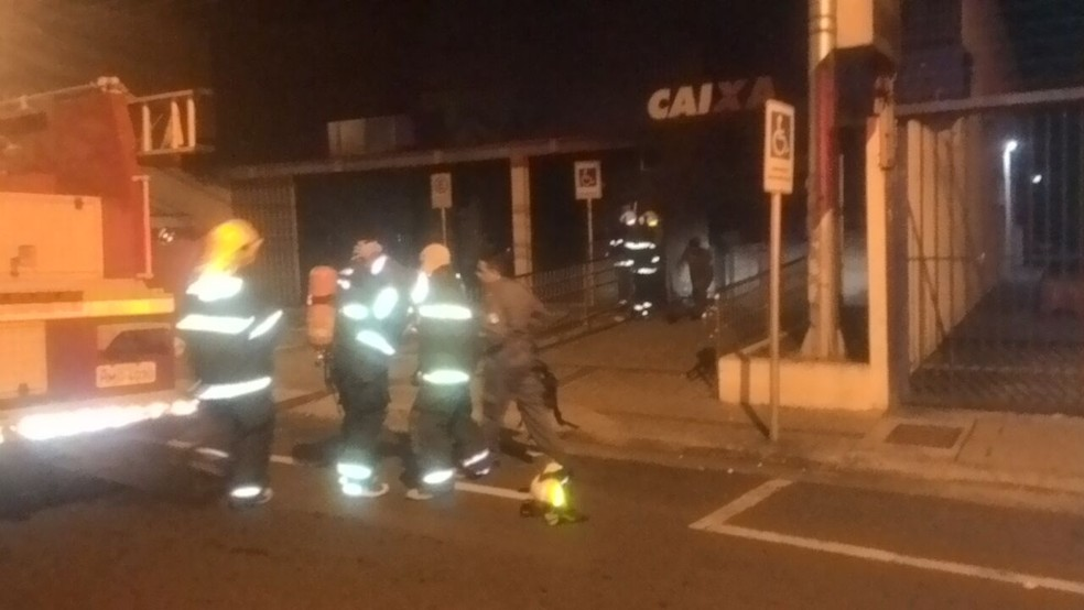-  Havia muita fumaça no local; fogo foi controlado pelos bombeiros  Foto: Polícia Militar/Divulgação