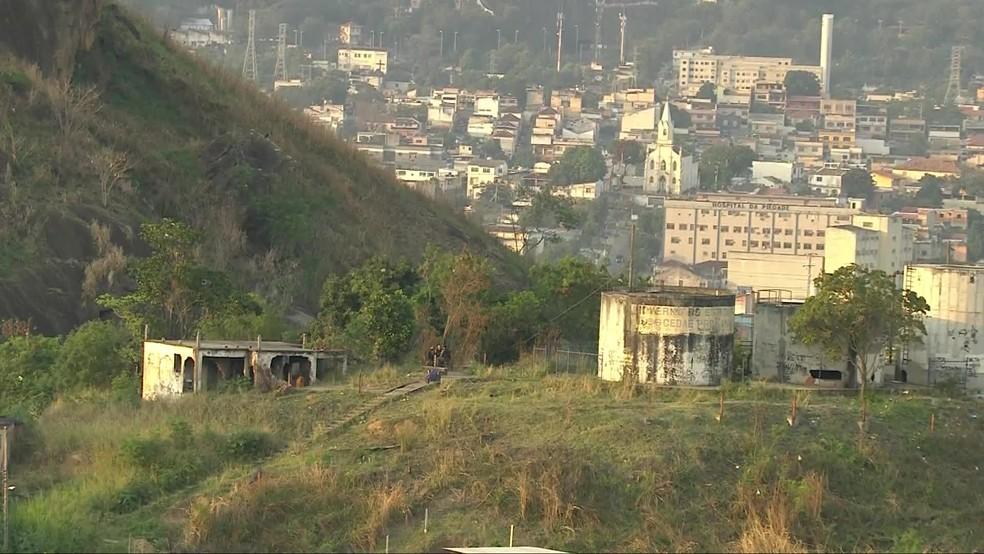 Um fuzil, uma pistola e drogas foram apreendidos por PMs em Pilares, na Zona Norte do Rio. — Foto: Reprodução/ TV Globo