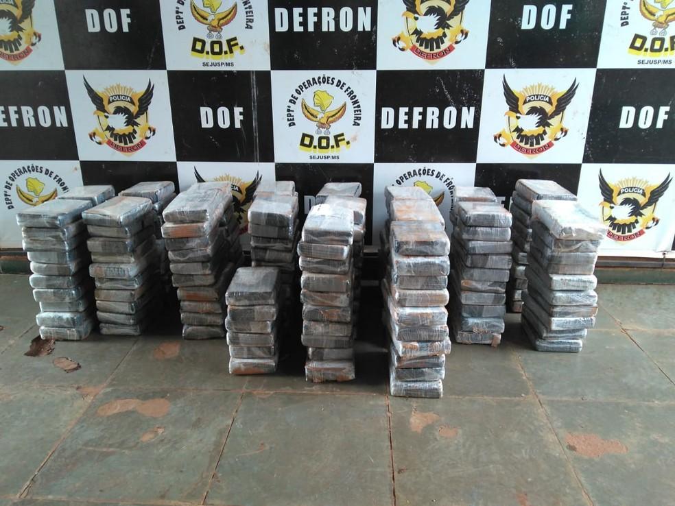 -  Tabletes de cocaína apreendidos pelo DOF, na fronteira  Foto: DOF/Divulgação