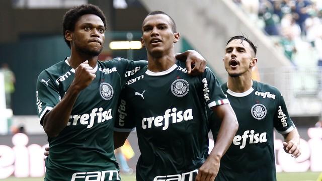 Luiz Adriano comemora gol pelo Palmeiras