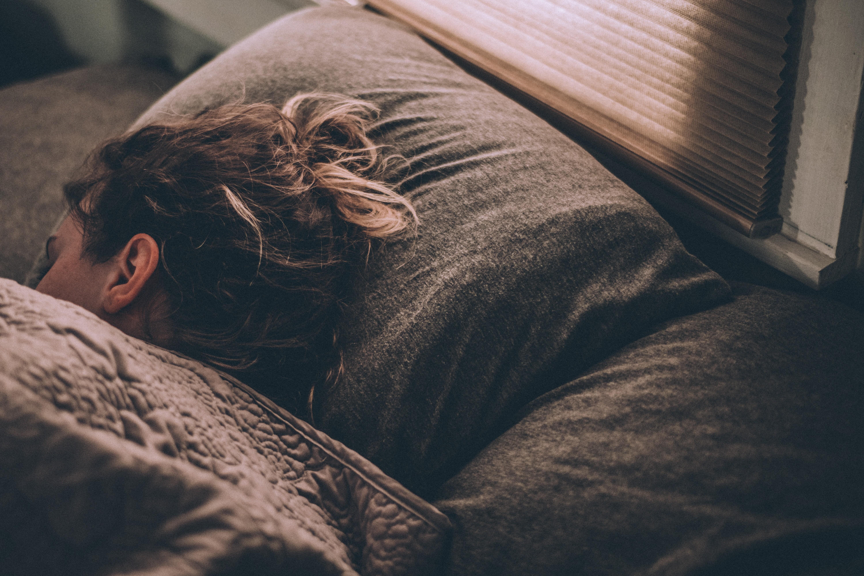 Manter a rotina, praticar exercícios físicos e tomar sol podem ser algumas boas práticas para melhorar a qualidade do sono (Foto: Unsplash)
