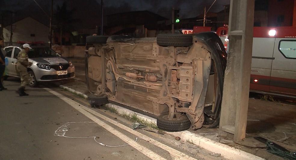 Veículo conduzido por um casal capotou após colidir com outro carro de passeio na Avenida Beira Mar em São Luís — Foto: Reprodução/TV Mirante