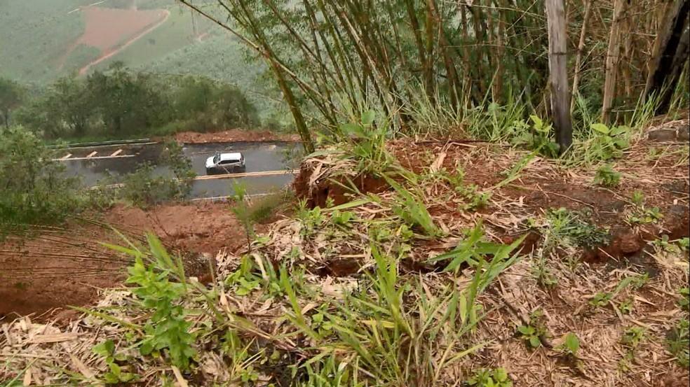 Rachadura é monitorada pelo Dnit em barranco acima da BR-262, em Domingos Martins — Foto: Ari Melo/TV Gazeta