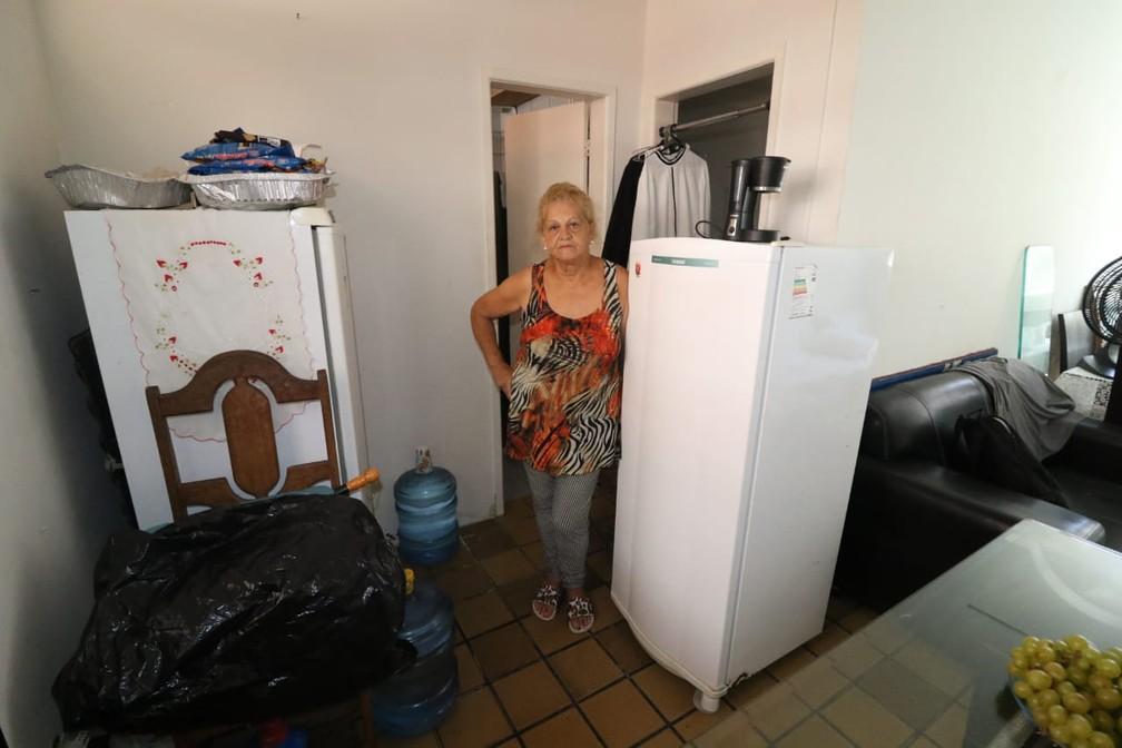 Além da própria geladeira, Neide Maria guarda eletrodomésticos dos filhos em casa, após saída do Holiday — Foto: Marlon Costa/Pernambuco Press