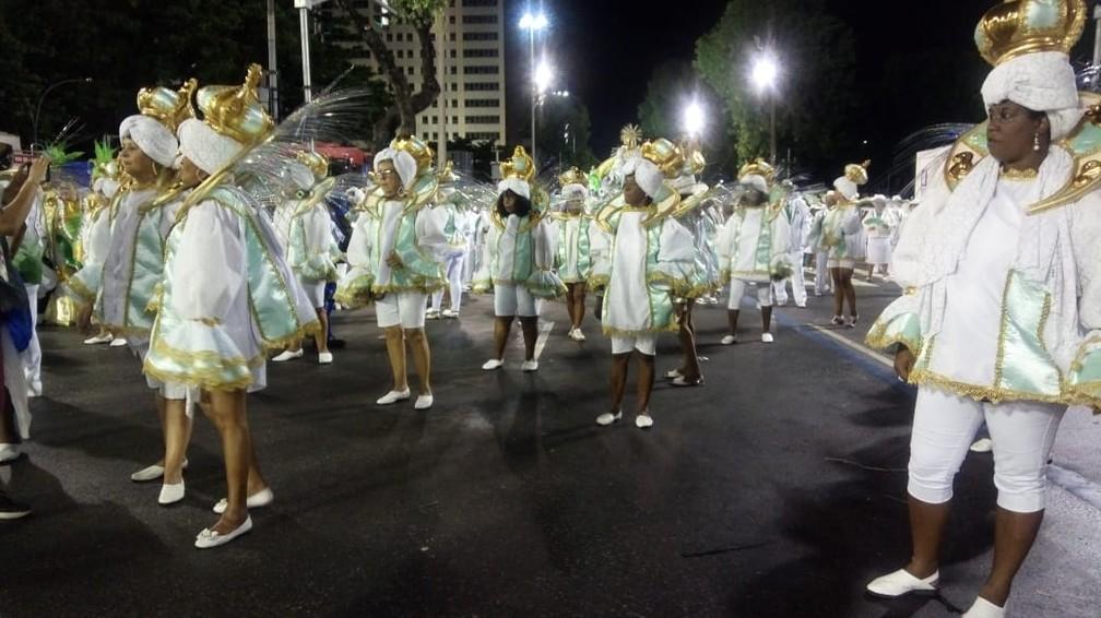 Baianas não receberam saia a tempo para o desfile da Império Serrano — Foto: Eliane Santos / G1
