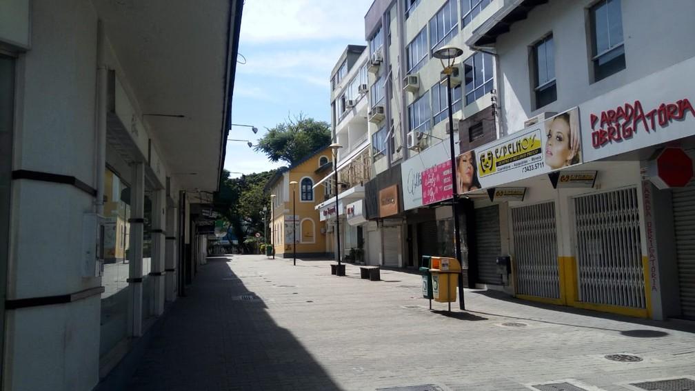 CRICIÚMA - Calçadões do Centro estão vazios também nesta quinta-feira (26) em cumprimento à quarentena em SC — Foto: Renta Rocha/NSC TV