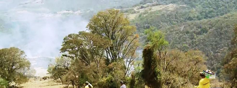 150 pessoas atuam no combate às chamas na Serra da Paulista em São João da Boa Vista — Foto: Reprodução/EPTV
